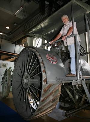 störst. Den största traktorn på Munktellmuseet är denna drygt åtta ton tunga koloss från 1913. Motorn är en tvåcylindrig tändkulemotor som det tar tio minuter att starta. Och den är körbar än i dag, försäkrar museichefen Ralph Angestam.