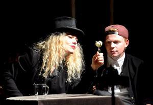 Malin Nilsson och Anders Lilleore skapar magi på scenen.