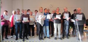 Majstångsbackens sånggrupp tog sig ton vid det senaste medlemsmötet. Foto: I-M Kullander.