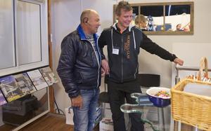 – Vi har många jobb i området och vill gärna vara på plats här. säger Magnus Proos från Mobergs glas i Sveg.  Här pratar han olika glaslösningar med Kaiko Roslund från Ytterhogdal.