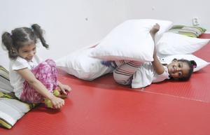 Delal och Layan pustar ut på röda matten.