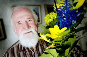 NÖJD 70-ÅRING. Tage Wall, Gävles egen busstomte, fyller 70 år i dag. Han började fira redan i går med huset fullt av folk. Att Arbetarbladet kom på besök blev en av många överraskningar.