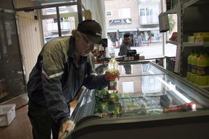 Lars-Åke Engstrand behöver köpa matolja och tycker det är smidigt med en närbutik i Edsbyn.