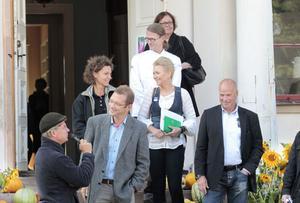 Trädgårdsmästare Lars Krantz intervjuade medlemmarna i juryn som skulle kora en vinnare bland elva lokala bidrag. Här syns bland andra Malin Eriksson, vd för Wij trädgårdar, Lena Hisved, turismansvarig på Gävle kommun och Christer Johansson från Ica Maxi i Hemlingby.