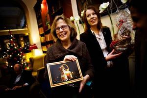 uppskattad gåva. Tulle Hazelrigg blev glatt överraskad när Bockkommitténs Anna Östman kom med presenter.