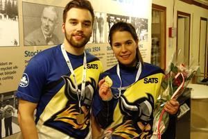 Oskar Eriksson och Anna Hasselborg vann SM-guld i den nya OS-grenen mixedcurling i Testebohallen.