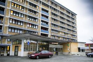 Egenavgiften för sjukresor i egen bil och taxi höjs till 100 kronor i Västernorrland.