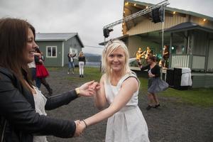 Jhenny Larsson och Ninni Sjöberg passar på att dansa lite när The Happy Ones spelar.