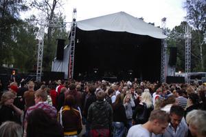 Fördröjd entré. Området kring Stora scenen var fullsmockad inför Takidas konsert på torsdagen. Foto:Mikaela Larm