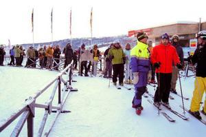 Worldcupliften, en tvåstolslift, öppnades vid 12:30 och snabbt bildades lång kö. Skistarpistör Henrik Nordenskiöld förklarar läget för köande skidåkare. Foto: Elisabet Rydell-Janson