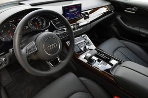 Äkta trä, borstad aluminium och klädsel i helläder förstärker kvalitetskänslan bakom ratten. Den stora bildskärmen fälls ljudlöst in i instrumentpanelen när motorn stängs av.