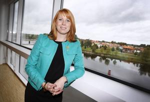 Centerledaren Annie Lööf kör med dubbla budskap. Hon är upprörd över Miljöpartiets förslag om höjda koldioxidskatter, trots att hennes eget parti också vill höja dem.