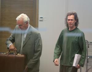 Gryningspyromanen Ulf Borgström, här med advokaten Matts Johnson, i samband med rättegången 2011 när han dömdes till åtta års fängelse för grov mordbrand.