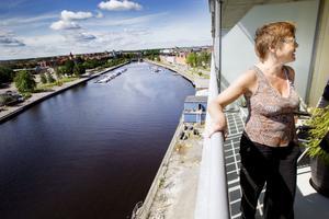 Kommunalrådet Marita Engström är en av de första hyresgästerna som har flyttat in i Fullriggaren, Gavlegårdarnas landmärke på Gävle Strand.