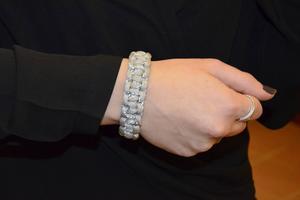 Armbandet som samtidigt fungerar som reflex bär förstås Elina Svelander i Paraflex UF.