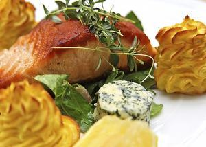 Potatismos som spritsas och gratineras är ett festligt tillbehör till stekt lax.