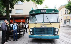 Hållplatsen är flyttad till veteranbussen. Gatan är avstängd och nu är det påstigning utanför IF Metall på Målaregatan. Guide på bussturerna är Gösta Jansson. Foto: Cecilia Burman