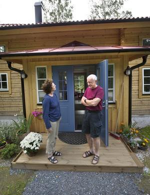 Front: Britt-Marie och Kjell-Åke Edenvik har gjort tvärtom mot många i sin ålder - de har inte sålt villan och flyttat till lägenhet utan byggt ett helt nytt hus. Ett timmerhus.