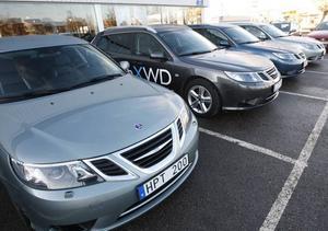 Biltillverkare i finansiell kris. Ägaren General Motors överväger att lägga ned tillverkningen av Saabs modeller enligt vice ordförande Rob Lutz. Men enligt den svenska och den europeiska vd:n ligger en försäljning närmare till hands.