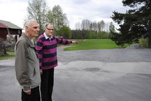 Leif Hedbom och Anders Fröderberg i Orbadens vägförening vid platsen där branddammen låg.