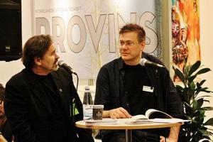 Norrlitts monter har haft ett mycket ambitiöst program under bokmässan i Göteborg, här välkomnas Ola Nilsson (till höger) av ordföranden Magnus Ottelid.
