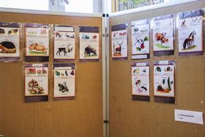 Elevernas alster ges plats i utställningar på central plats i biblioteket.