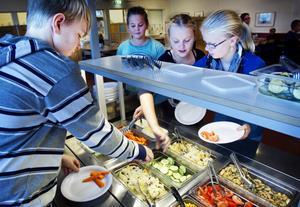 Det var femteklassaren Lina Herranen, längst till höger, som kom med idén att försöka minska matsvinnet på skolan genom att köra en tävling klasserna emellan.