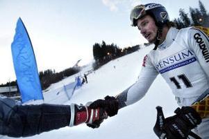 Tack ska du ha, det gjorde du bra. Magnus Andersson gratuleras för sin andraplats i Nolbybacken.