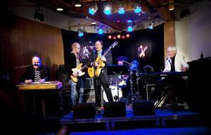 Elvis, Elvis och åter Elvis. Peter Winsnes var en av artisterna som underhöll under kvällen.