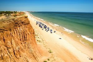 Albufeira på Algarvekusten har en av Portugals finaste stränder.