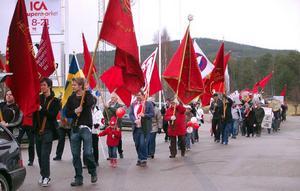 """Det var nästan som på den gamla goda tiden när Härjedalens socialdemokrater firade 1 maj med demonstration och mötestal i Sveg.Betydligt fler s-medlemmar än de senaste åren dök upp och fick sig till livs en dag med många aktiviteter.I demonstrationståget gick cirka 75 personer genom centrala Sveg med banderoller som """"Nu ska vi ta det tillbaka"""", """"Nej till privatisering av sjukvården"""", Borgarna är sig lika, tar från dom fattiga och ger till dom rika"""", """"Satsa på de unga."""