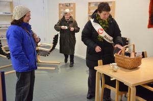 Glädjespridare. Eva Marcusson från Hela människan bjuder Lomia Jansson och Lena Berndes på kaffe, smörgås och gelehjärtan i tidningsrummet på bibilioteket.