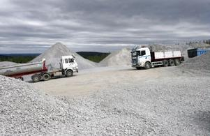 Den nya grustäkten på gränsen mot Laggarberg ska enligt planerna bli permanent. I Gudmundsbyn oroar man sig för att den tunga trafiken kommer att fortsätta i framtiden.