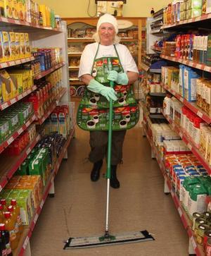 """Pensionären Siri Karlsson moppade butiksgolvet timmarna före invigningen. """"En matbutik betyder allt för byn"""", säger hon."""