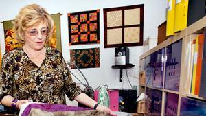 Elvy Doverholt ser till att återvända till Grekland minst två gånger per år. I höst har hon anordnat en resa dit för sina quiltningsvänner.