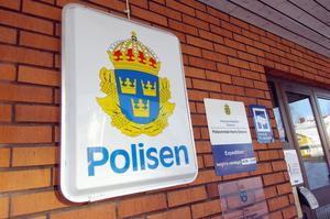 Det blir en anträngd sommar för polisen i Dalarna. På grund av dålig ekonomi tvingas man nämligen stänga i stort sett alla polisstatoner i länet.