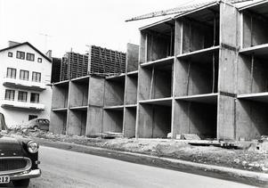 FOTO: STIG ELVÉN. Här byggs de då nya hyreshusen i Bagaren 1969.