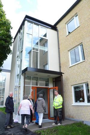 Välkommen på visning. Ingeborg Dicksen och Stefan Persson tar emot besökare som vill titta på det nya seniorboendet i Kopparberg.