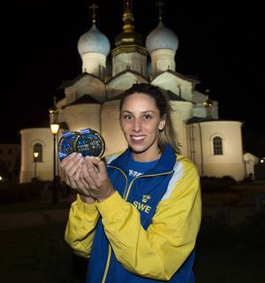Hedemoratjejen Jennie Johansson med sina medaljer efter sista dagen av långbane-VM i Kazan.