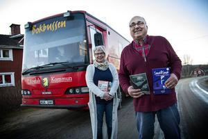 Carina Bäcklin och Bengt Strömberg ser till att byborna i Sidskogen får låna böcker. Bokbussen fungerar som ett rullande bibliotek.