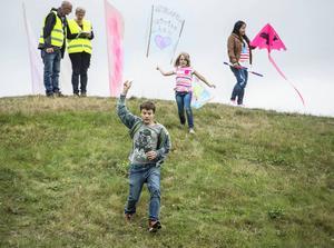Hugo Friberg, 14 år, och Elina Kuusikko, 8 år, lyckades få upp sina drakar i luften. Det blev många springturer upp och ner på kullarna.