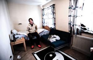 Varje rum har egen dusch och toalett. Dessutom ingår internetuppkoppling i hyran.  – Dessutom får vi god mat fyra gånger om dagen, säger Johan Boije.