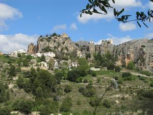 En fantastisk by uppe på dom branta klipporna några mil utanför Alicante i södra Spanie. På slingriga branta vägar tar man sej upp till byn.