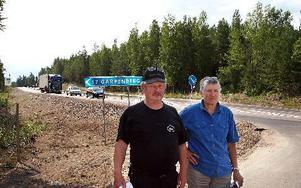 Jan Andersson och Birgitt Broström vill nu att Trafikverket bygger om korsningen riksväg 70 - Garpenbergsvägen så att det blir avkörningsfil och påfart.FOTO: MIKAEL ERIKSSON