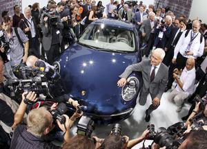 Porsche 911. Populär bil. När Porsche lanserar nya 911 vill alla vara med. Snabbare men ändå snålare, större men ändå lättare, kraftfullare men slankare. De traditionella runda lamporna är självklart kvar och har blivit större och har nu led-lampor bak och fram. 911 har blivit längre, bredare och lägre och ligger som klistrad mot vägen. Men även Porsche minskar motorerna från 3,6-liter till 3,4 men 345 hästkrafter lovar ändå mycket kraft. Leverans lovas i december, lagom till julklappsinköpen.