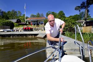 """Ö-liv. När Peter Ohlsson slutar jobbet på eftermiddagarna tar han först bilen till båten, sedan båten till ön Strömskär. Ändå tar det inte mer än 20 minuter för honom att ta sig till sin stuga. Han och familjen är i stugan året om, men under sommarmånaderna flyttar de ut och bor över hela veckorna. """"Det är lugnt och så fint här, många västeråsare vet inte ens om att vi har en sådan fantastisk skärgård"""".Foto: Rune Jensen"""