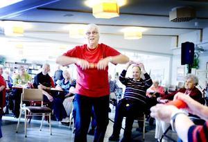 Gymnastik på Furugården. Här visar Inga Jansson, 79 år, hur man kan hålla sig i form.