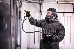 Johnny Svensson och hans kollegor slipper lukten av thinner sedan företaget gick över till miljövänlig färg,