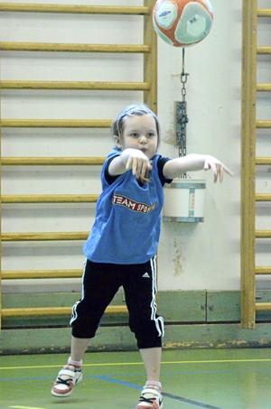 Inkast. Att kasta boll till varandra är bara en del av allt barnen får träna på. Här kastar Nellie Gilén.