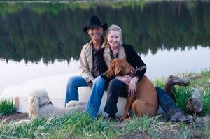 Filmstjärnan Patrick Swayze tillsammans med hustrun Lisa Niemi i en bild tagen på deras ranch i New Mexiko i maj i år.
